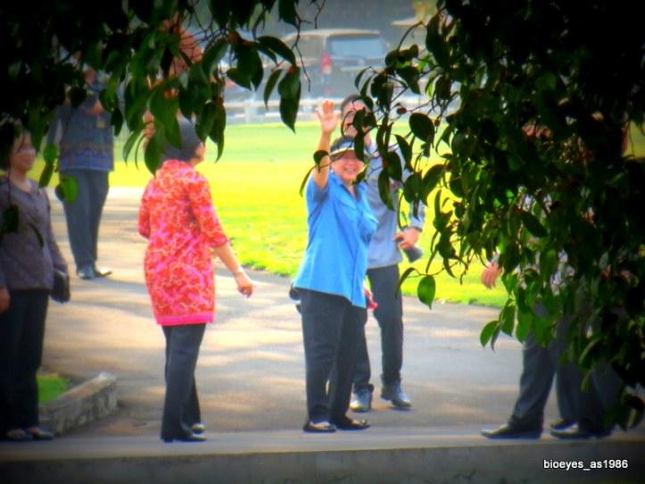 Ibu Ani Yudhoyono melambaikan tangan setelah lolos dari kerumunan masa menuju istana kepresidenan.