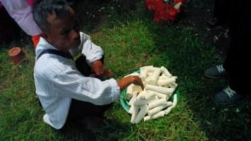 Pengupasan ubi kayu
